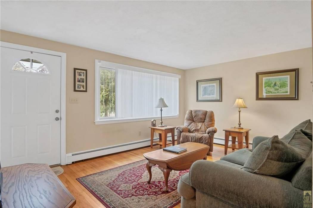 Warwick, Rhode Island, 3 Bedrooms Bedrooms, 6 Rooms Rooms,1 BathroomBathrooms,Residential,For Sale,Damon,1246325
