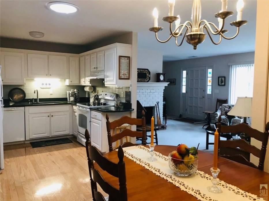 Warwick, Rhode Island, 2 Bedrooms Bedrooms, 4 Rooms Rooms,1 BathroomBathrooms,Residential,For Sale,Edaville,1246492